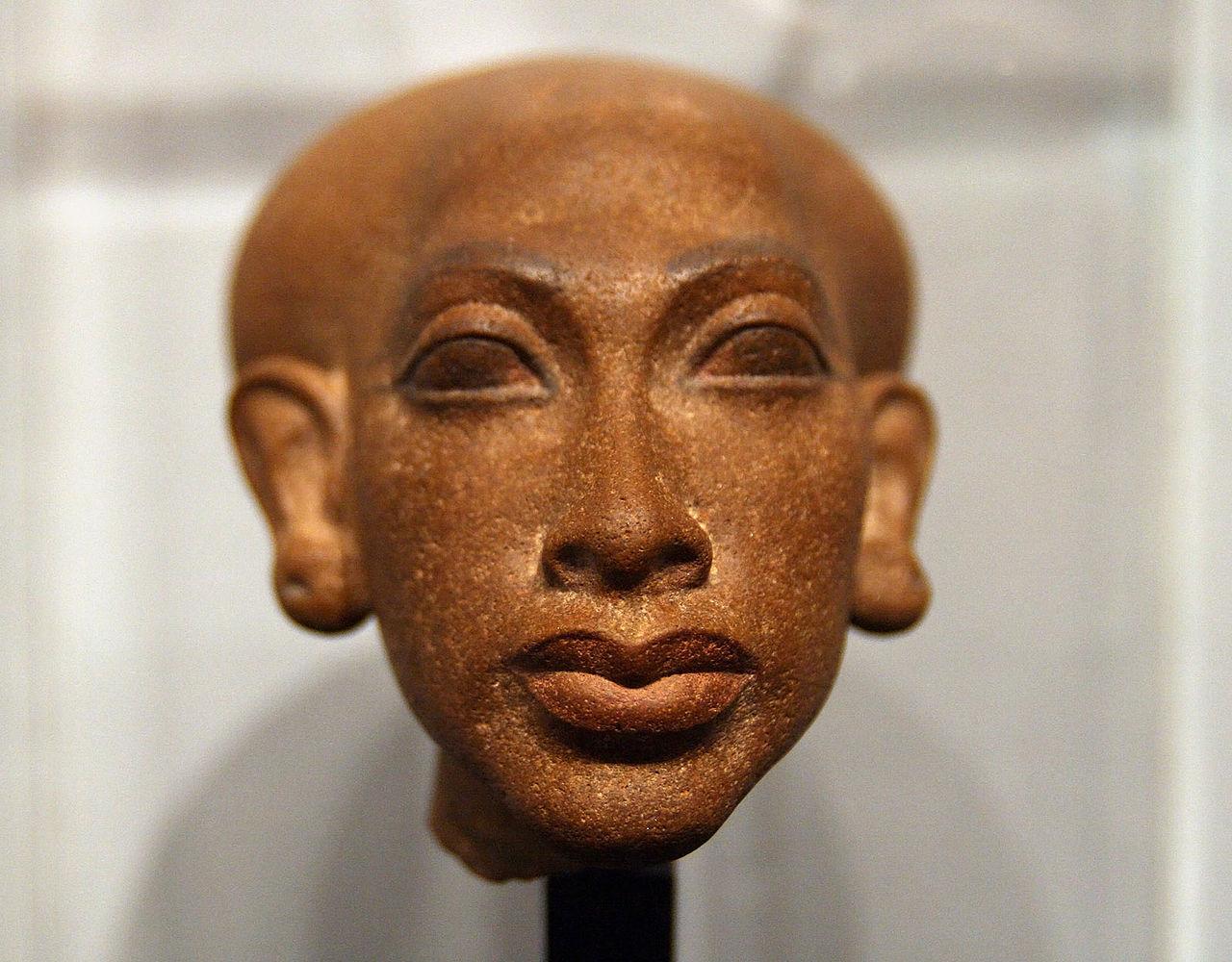 1280px-Amarna_princess_1350_BC_a.jpg