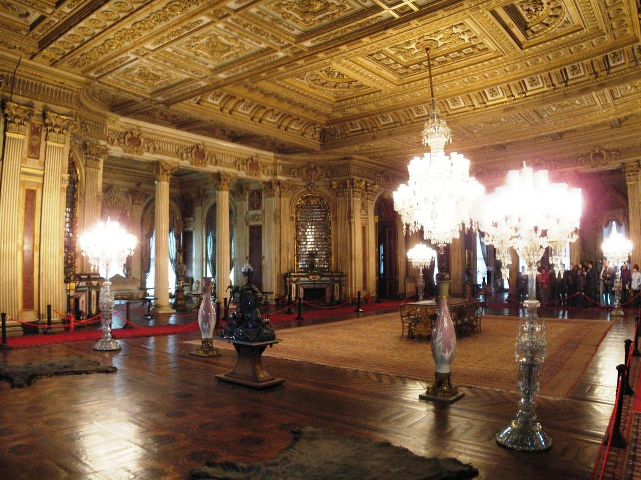 1280px-Ambassador_Hall_Dolmabahce_March_2008panoc.jpg
