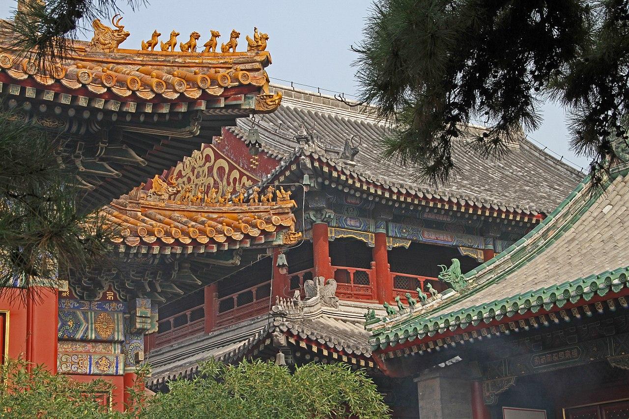 1280px-Beijing-Lamakloster_Yonghe-66-Halle_der_ewigen_Harmonie-Daecher-gje.jpg