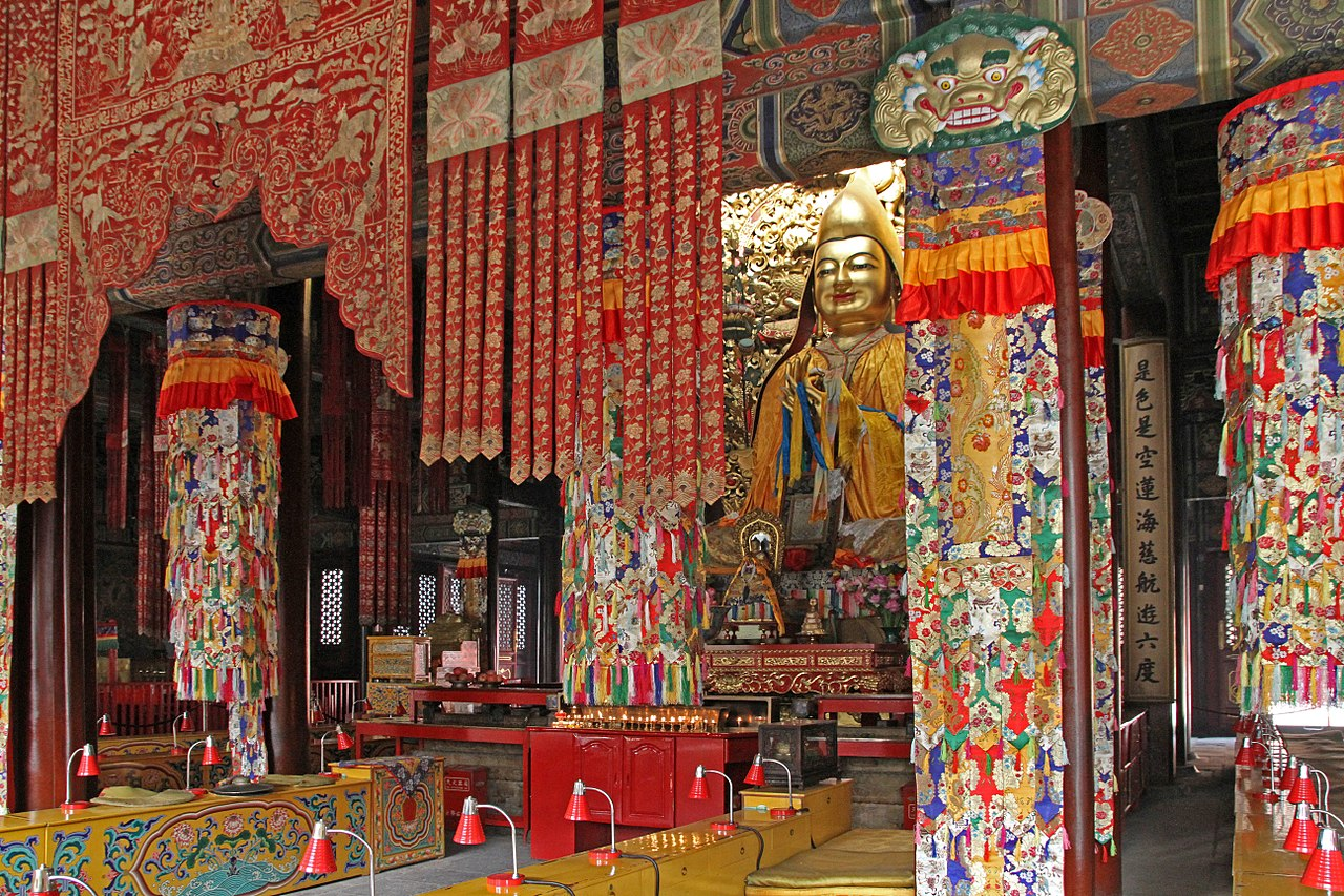 1280px-Beijing-Lamakloster_Yonghe-78-Halle_des_Dharmarads-Tsongkhapa-gje.jpg