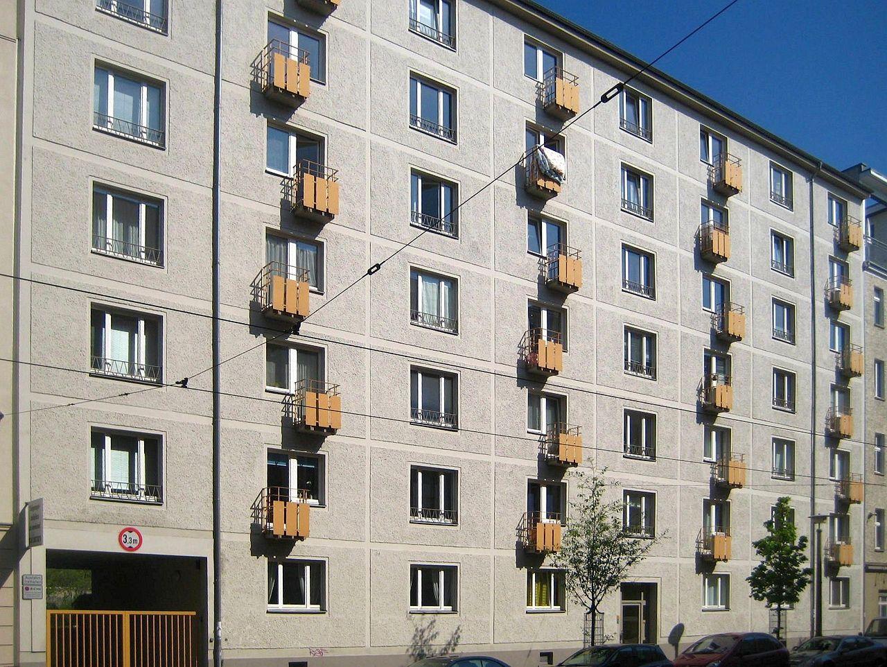 1280px-Berlin,_Mitte,_Woehlertstrasse_16-17,_Laubenganghaus.jpg