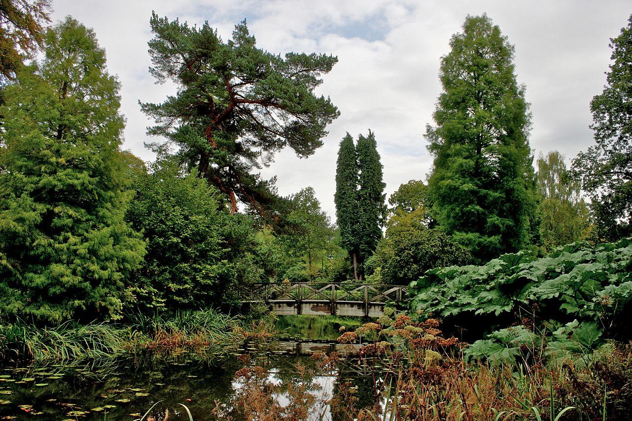 1280px-Bridge_and_pond_at_Tatton_Park.jpg