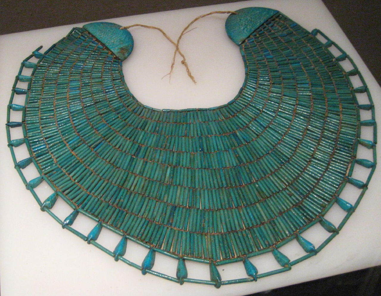 1280px-Broad_collar_necklace_of_Wah.jpg