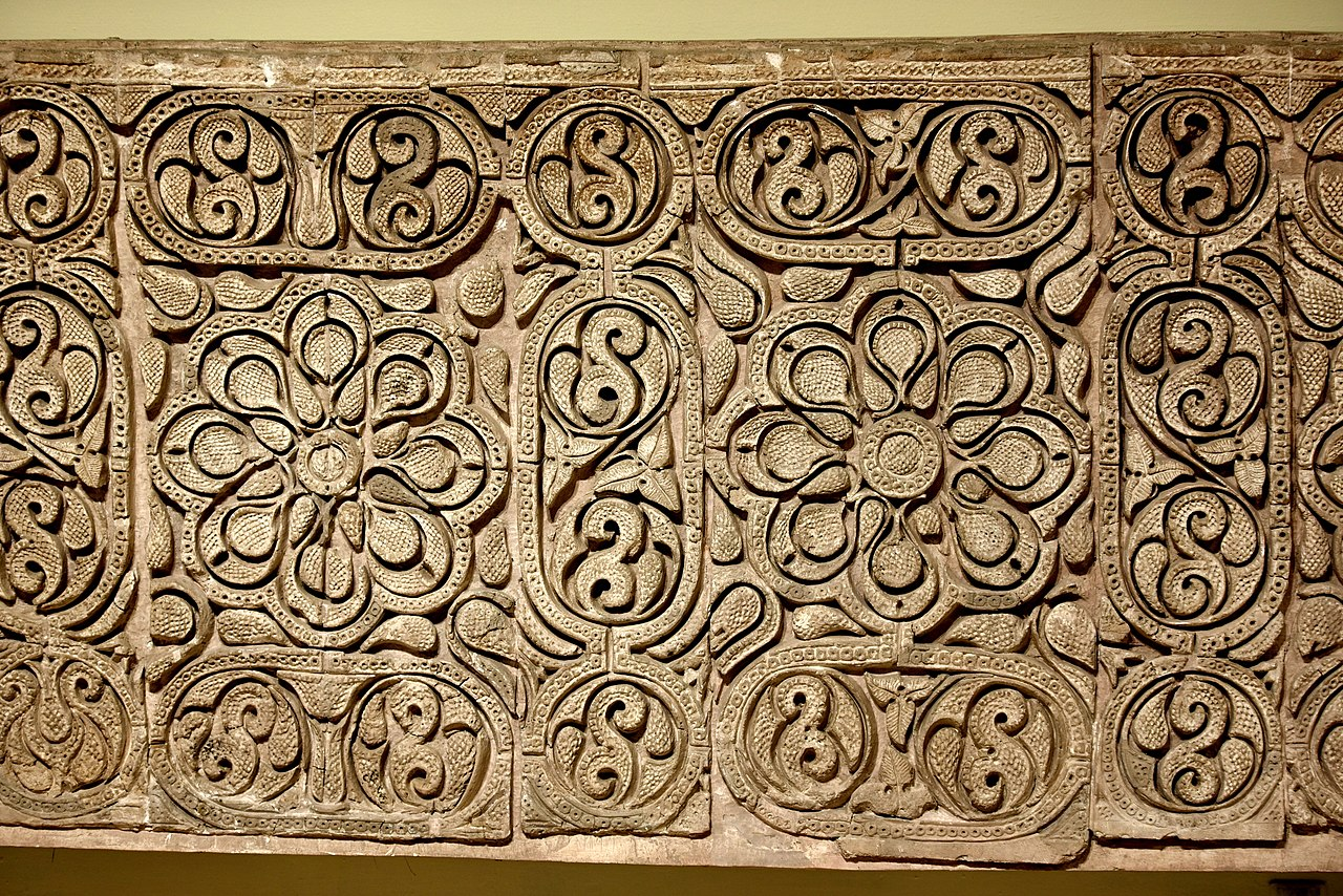 1280px-Carved_stucco_panel_from_Samarra,_3rd_century_AH,_Iraq_Museum.jpg