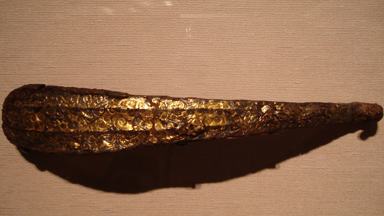 1280px-Cast_iron_garment_hook_with_gold_and_silver_foil,_Eastern_Zhou_Dynasty.jpg