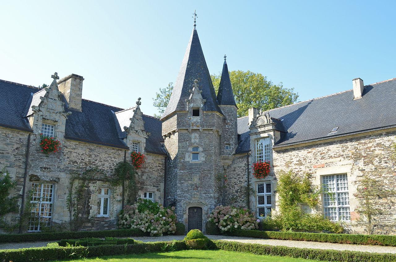 1280px-Château_de_Rochefort-en-Terre_(cour_1).jpg