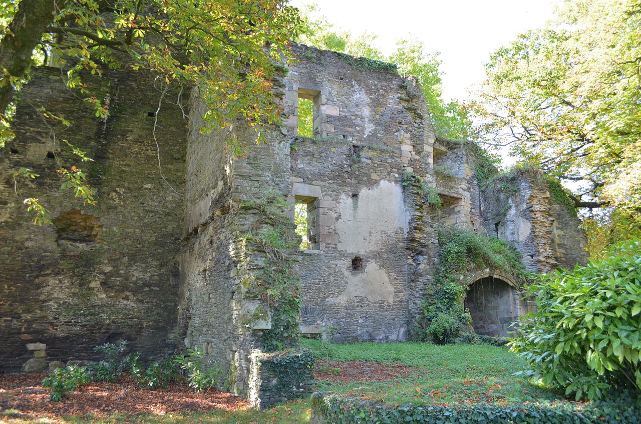 1280px-Château_de_Rochefort-en-Terre_(entrée_façade_arrière).jpg