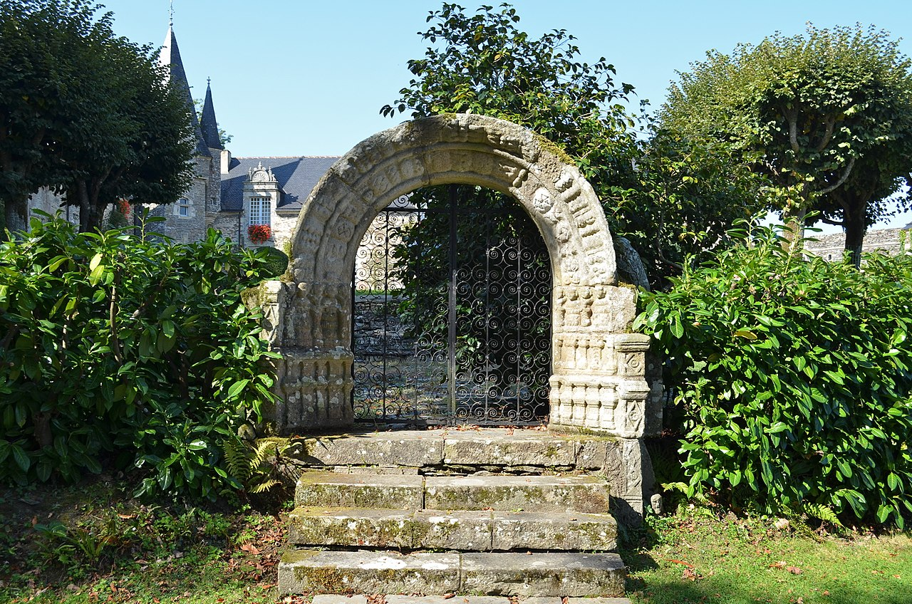 1280px-Château_de_Rochefort-en-Terre_(portail).jpg