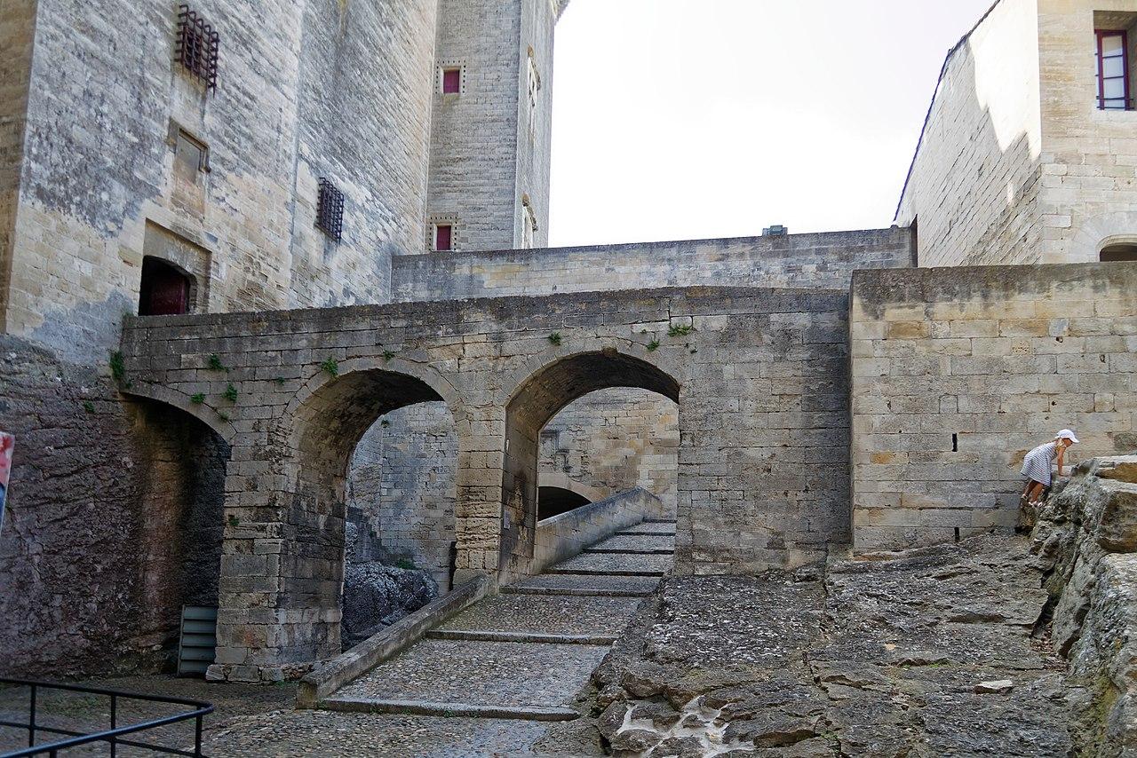 1280px-Château_de_Tarascon-bjs180813-03.jpg