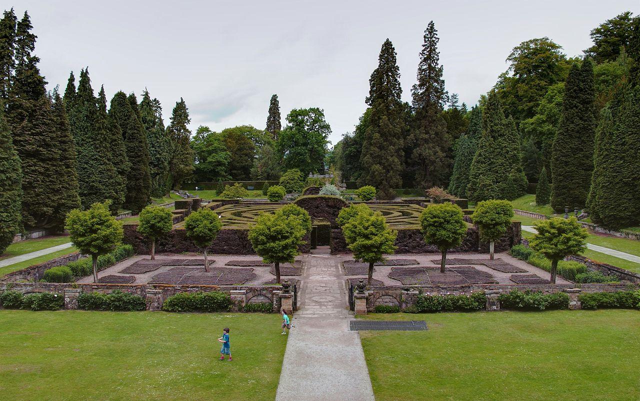 1280px-Chatsworth_maze.jpg