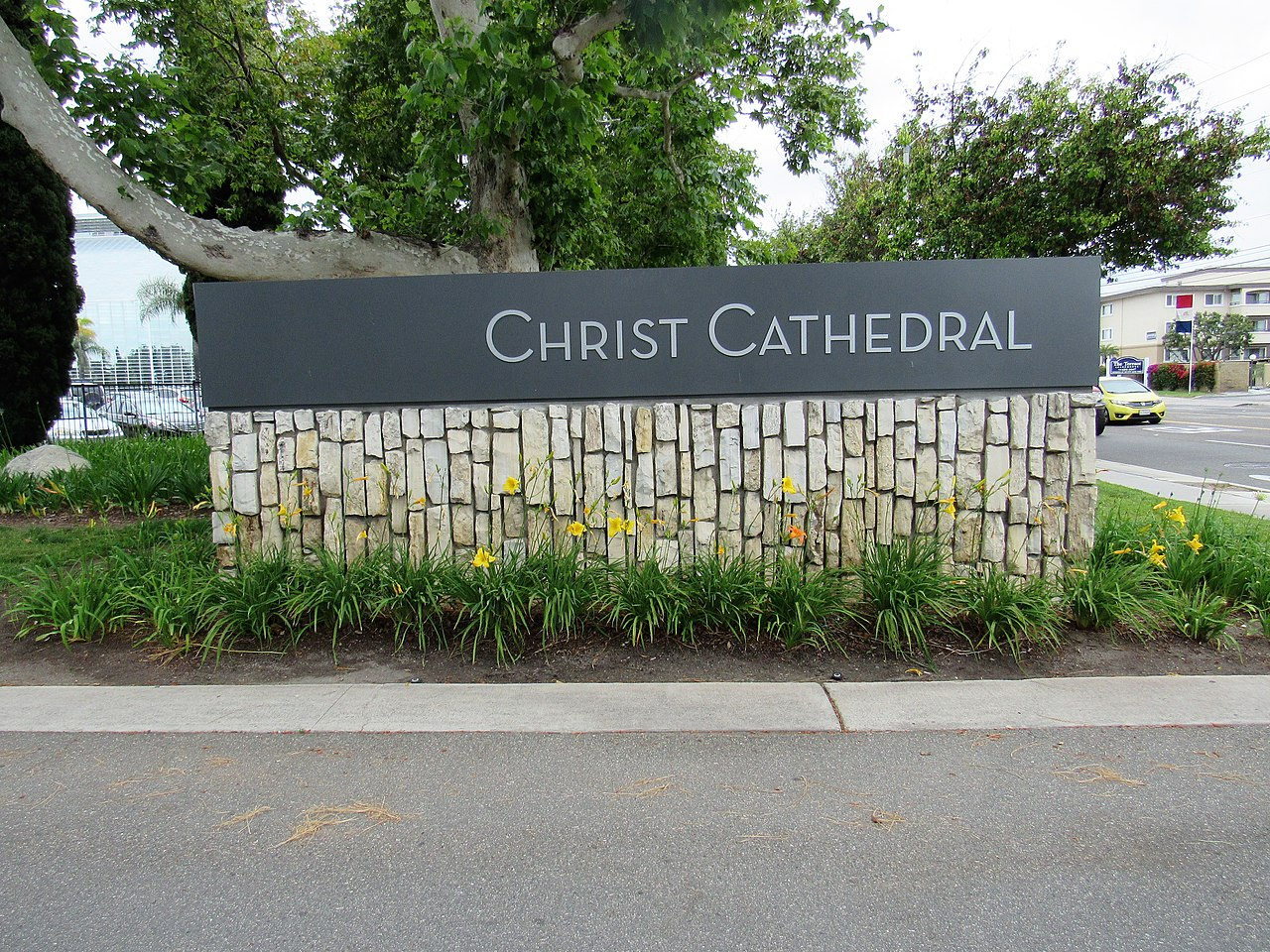 1280px-Christ_Cathedral_sign_-_Garden_Grove,_California.jpg
