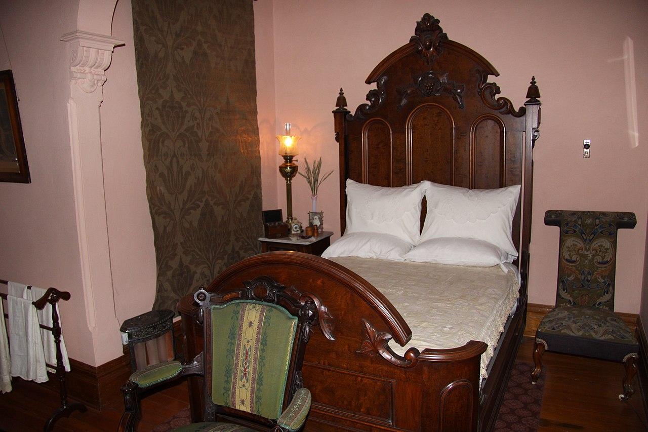 1280px-Craigdarroch_Castle_interior,_IMG_023.jpg