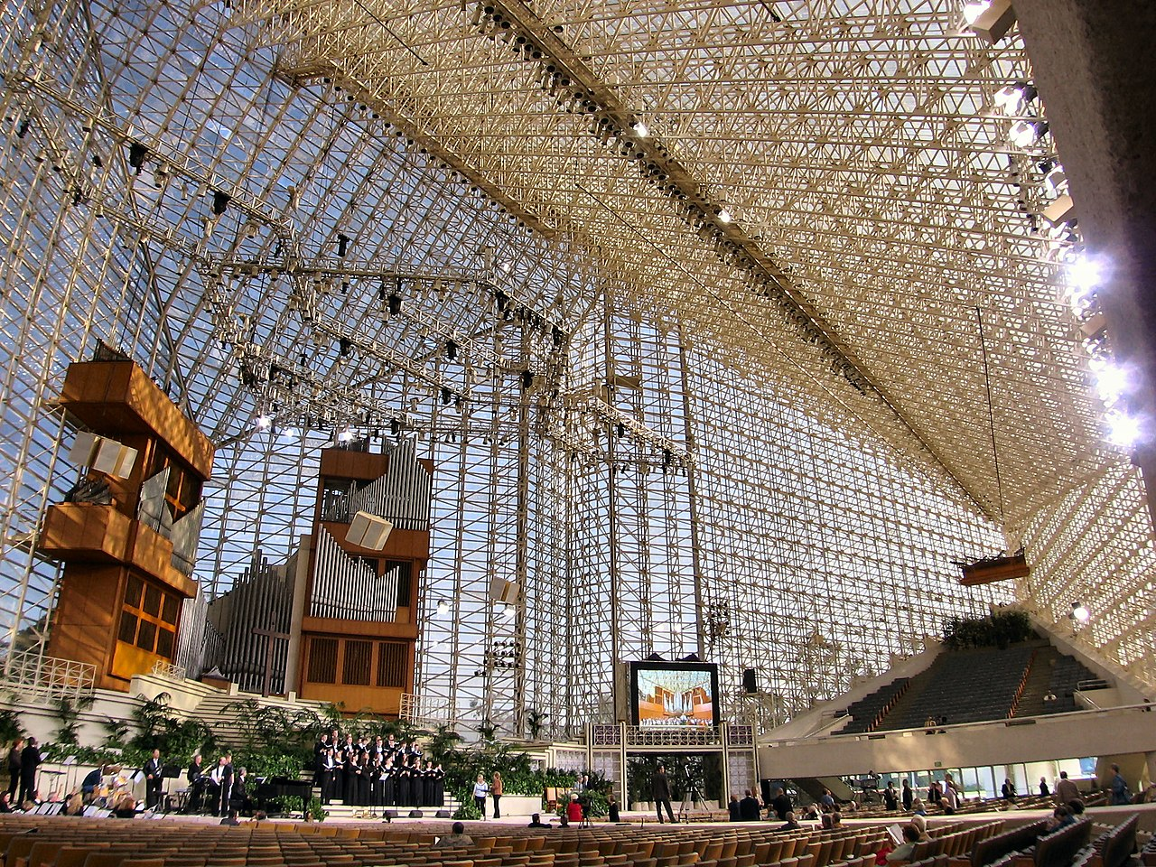 1280px-CrystalCathedral.jpg
