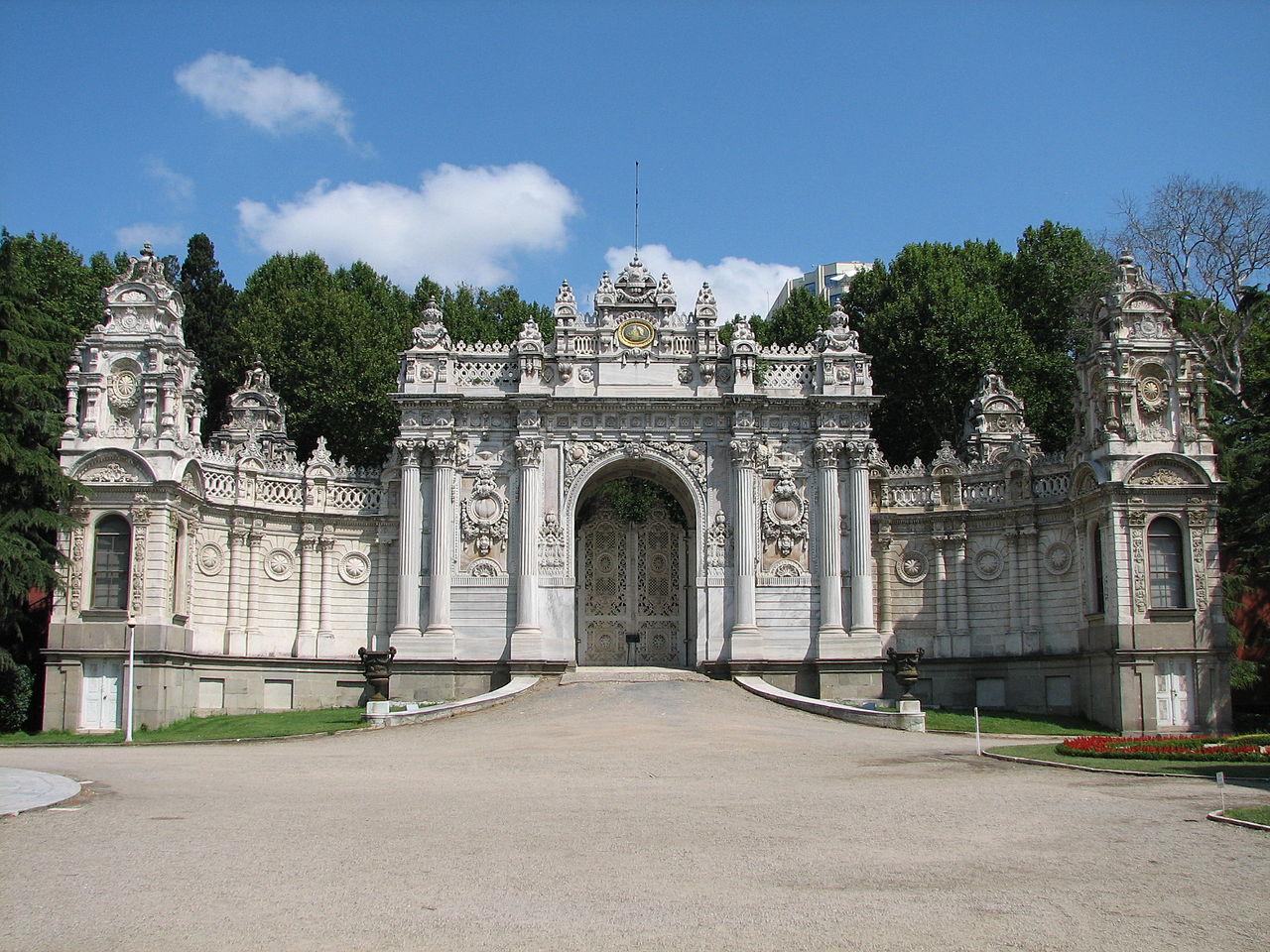 1280px-Dolmabahçe_Palace_Nothern_Gates_01.jpg