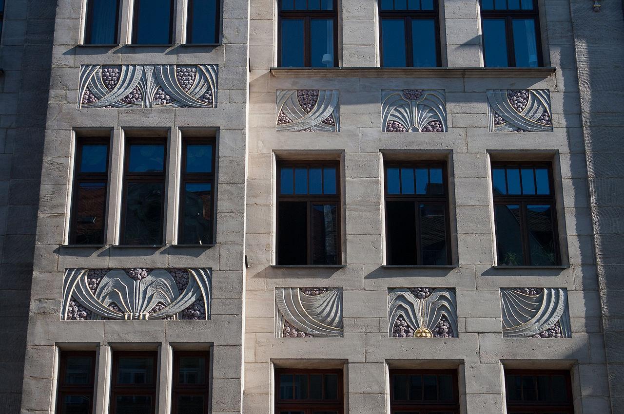 1280px-Fürth_Nürnberger_Straße_85_Dekorierte_Fenster_2011_09_10.jpg