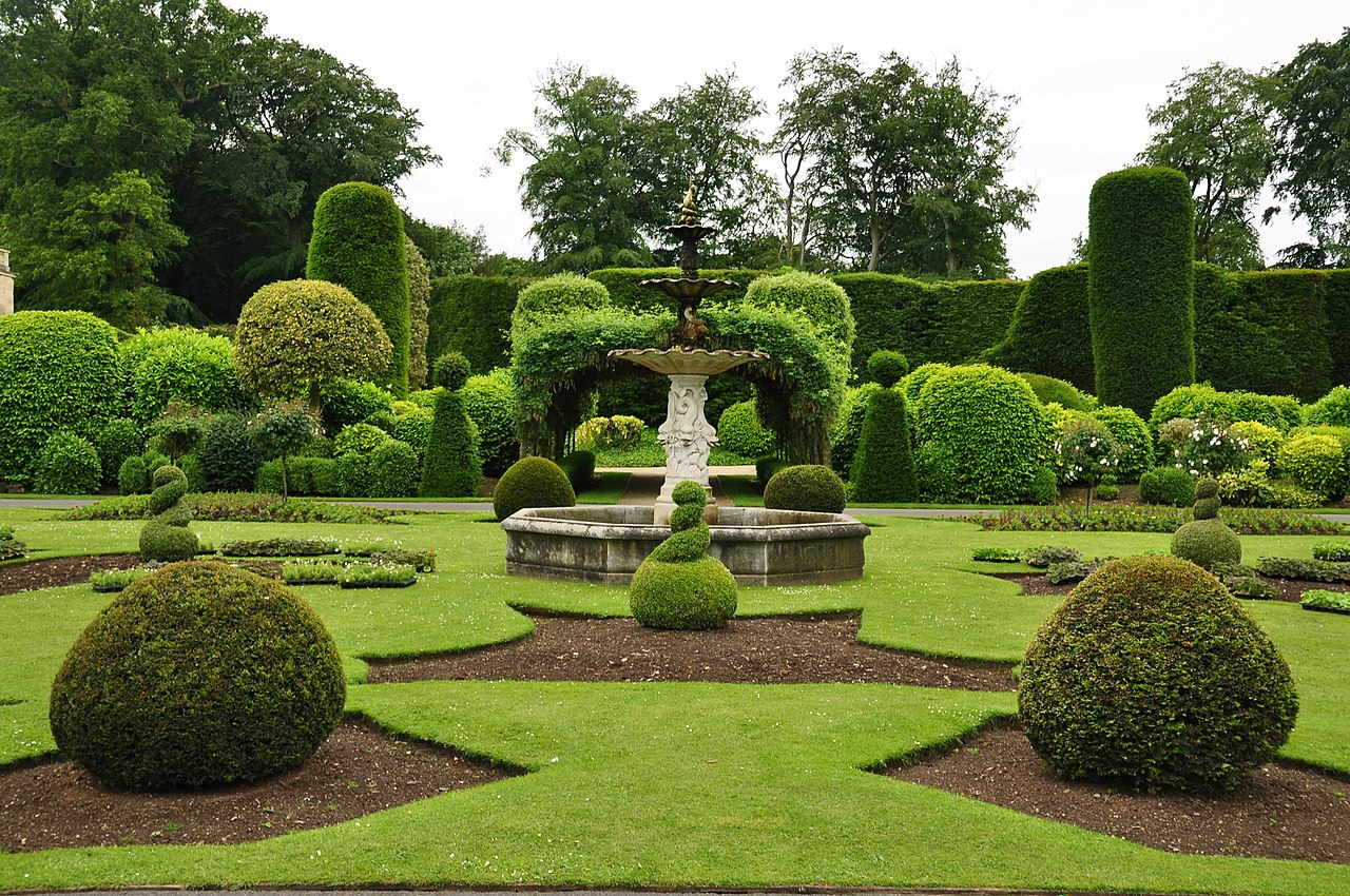 1280px-Fountain_in_Brodsworth_Hall_gardens_(9047).jpg