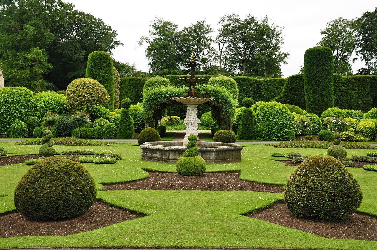 1280px-Fountain_in_Brodsworth_Hall_gardens_(9047).jpg