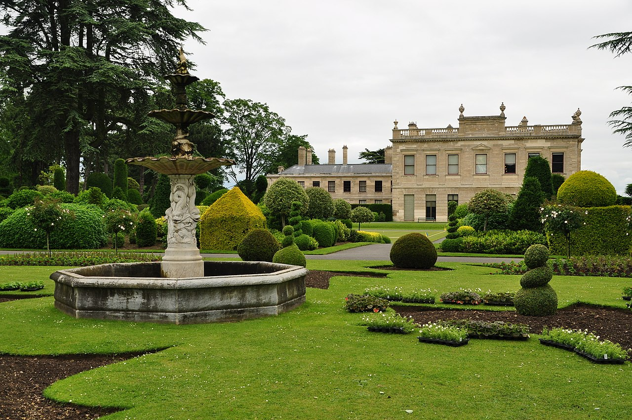 1280px-Fountain_in_Brodsworth_Hall_gardens_(9051).jpg