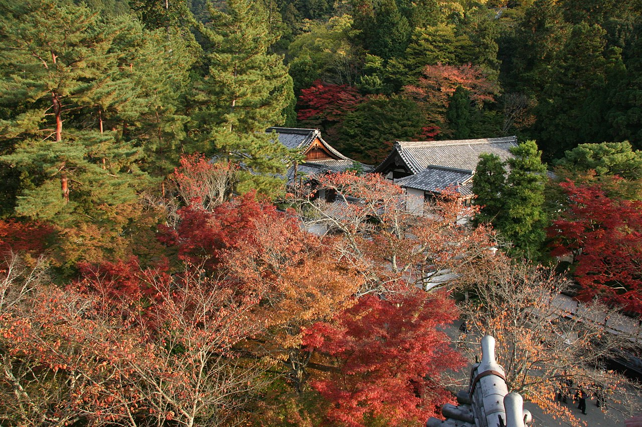 1280px-From_the_top_of_Sanmon_gate,_Nanzen-ji_(2639766817).jpg
