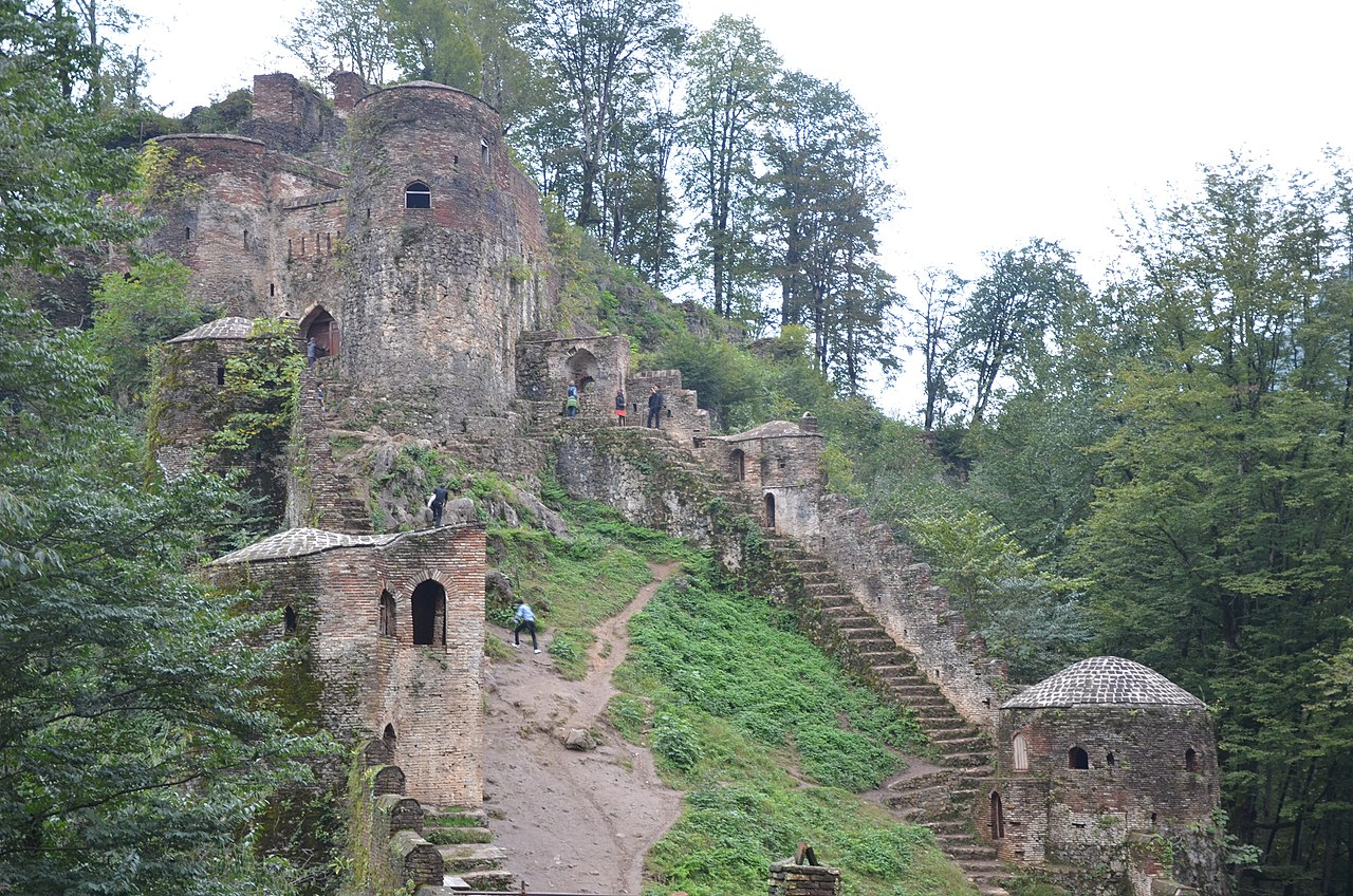 1280px-Fuman_-_Ghaleroudkhan_(Roudkhan_castle)_-_panoramio.jpg
