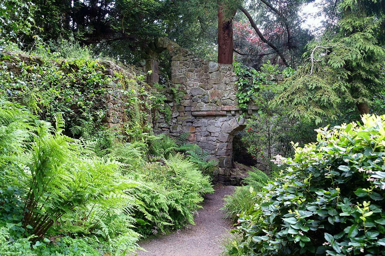 1280px-Great_Wall_-_Biddulph_Grange_Garden_-_Staffordshire,_England_-_DSC09344.jpg