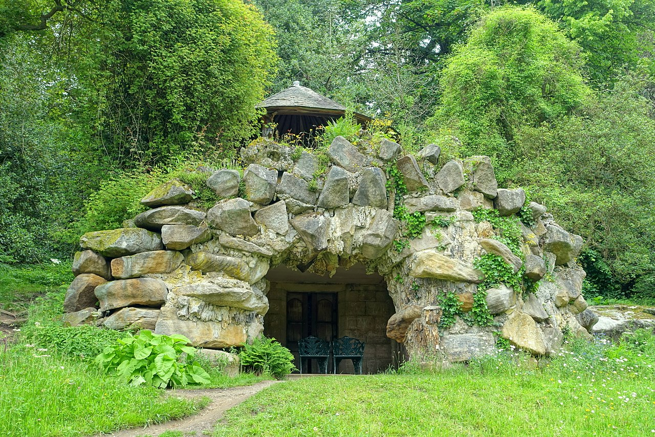 1280px-Grotto_house_-_Chatsworth_House_-_Derbyshire,_England_-_DSC03619.jpg
