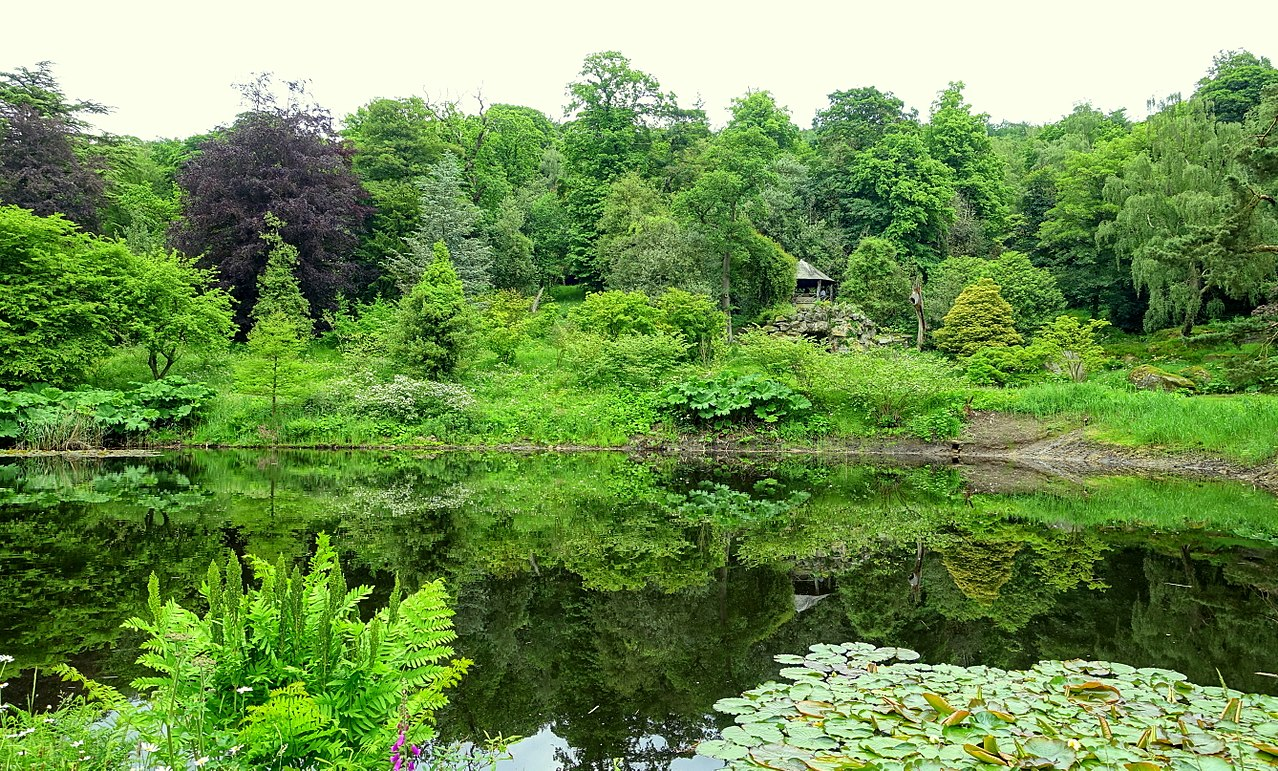 1280px-Grotto_pond_and_house_-_Chatsworth_House_-_Derbyshire,_England_-_DSC03611.jpg