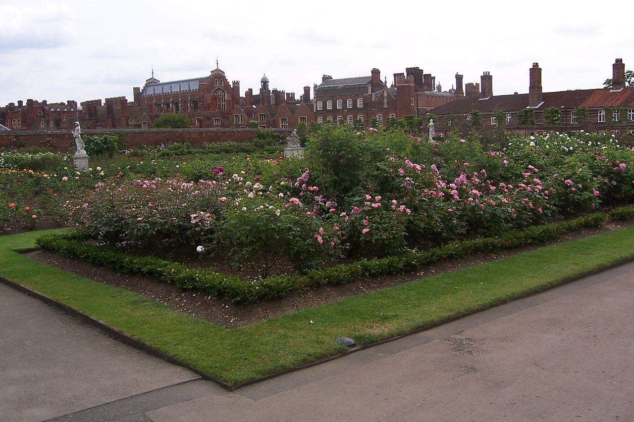 1280px-Hampton_court_gardens.jpg