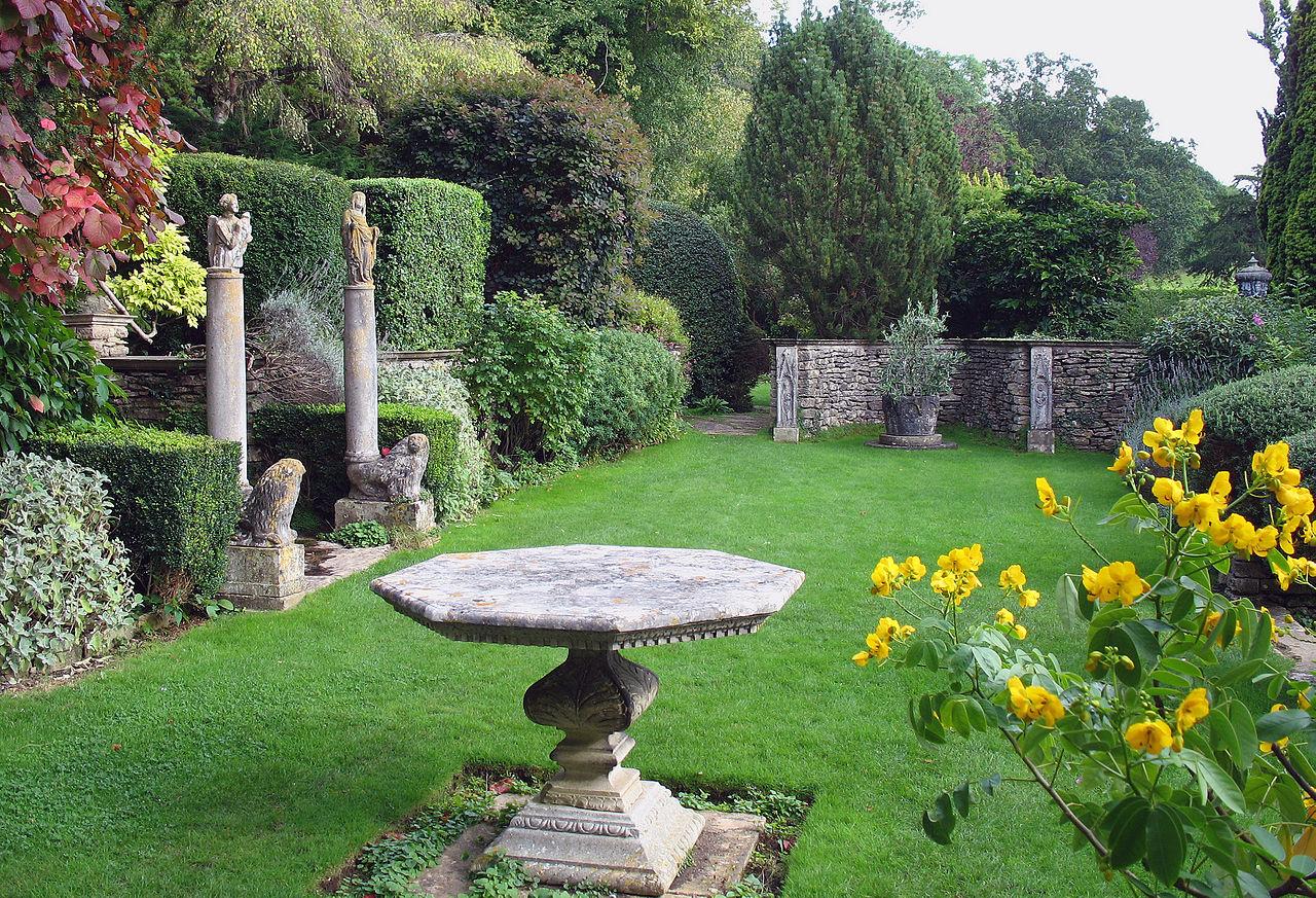 1280px-Iford_Manor_-_garden_01.jpg