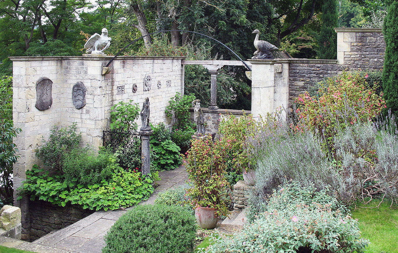 1280px-Iford_Manor_-_garden_04.jpg
