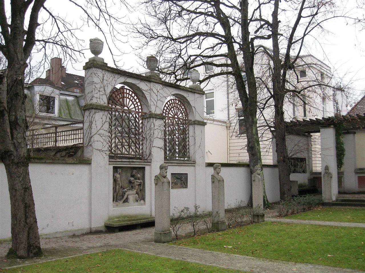 1280px-Innenhof_Villa_Stuck_Muenchen-5.jpg