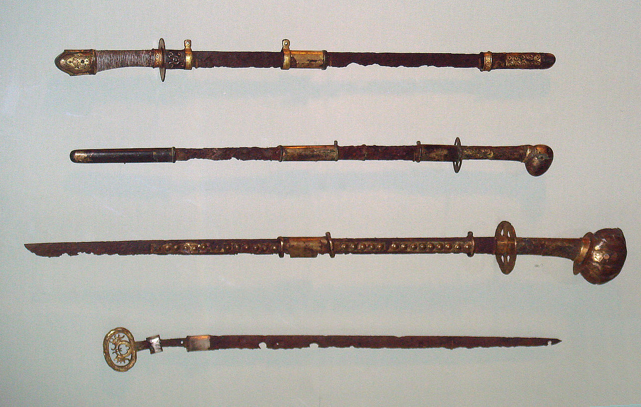 1280px-Japanese_straight_swords_6th_7th_century_Kofun_period.jpg