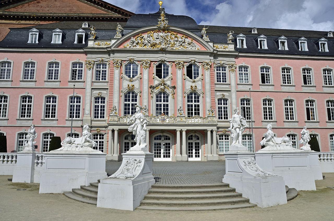 1280px-Kurfürstliches_Palais_in_Trier_(Treppenaufgang).JPG