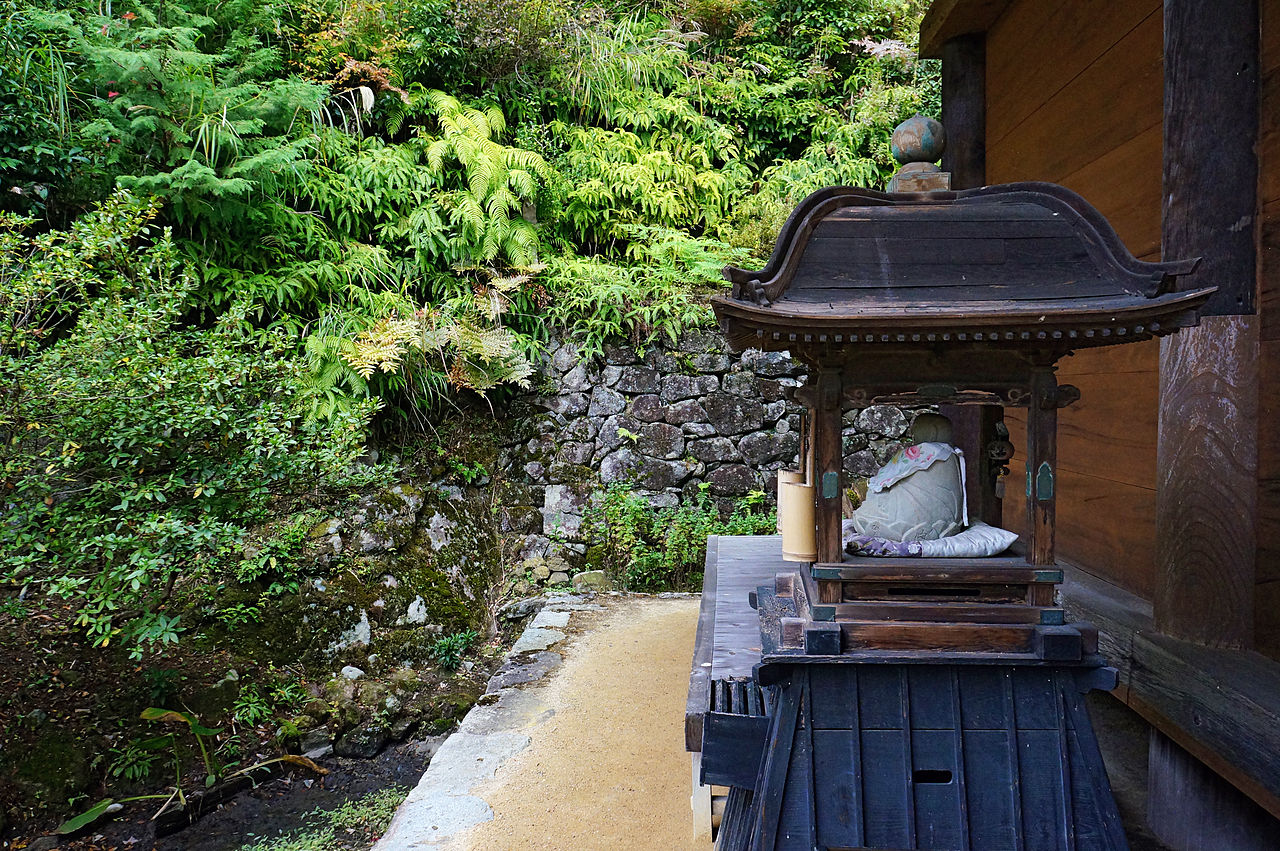 1280px-Kuwanomi-dera_Azuchi_Shiga_pref_Japan14n.jpg