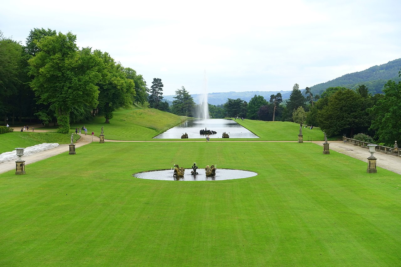 1280px-Lawn_with_Emperor_Fountain_-_Chatsworth_House_-_Derbyshire,_England_-_DSC03195.jpg