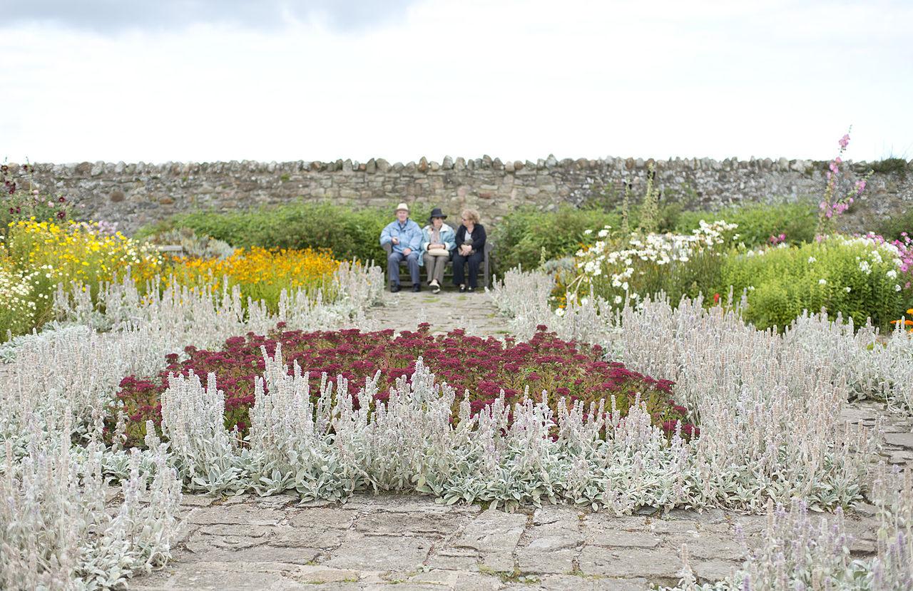 1280px-Lindisfarne_Castle_(8051537495).jpg