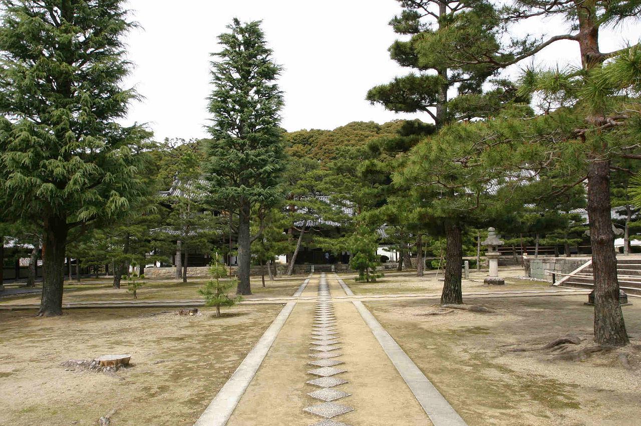 1280px-Manpuku_temple_garden.jpg