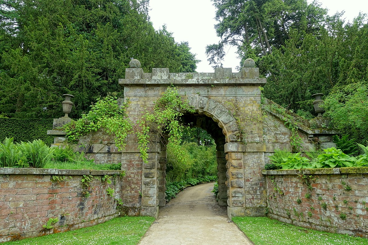 1280px-Maze_gate_-_Chatsworth_House_-_Derbyshire,_England_-_DSC03601.jpg