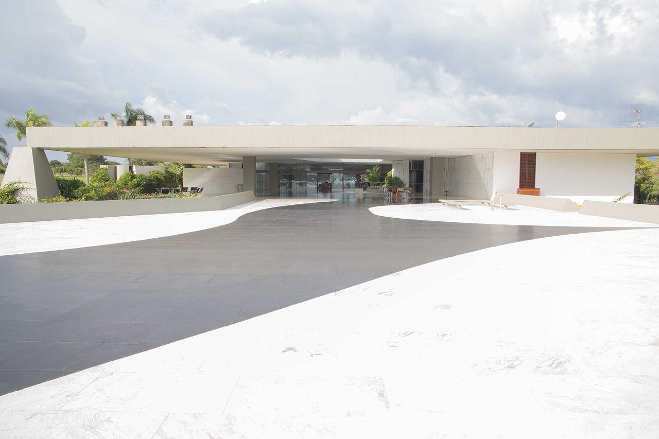 1280px-Palácio_do_Jaburu_-_Pátio_externo_e_piscina_(14263510264).jpg