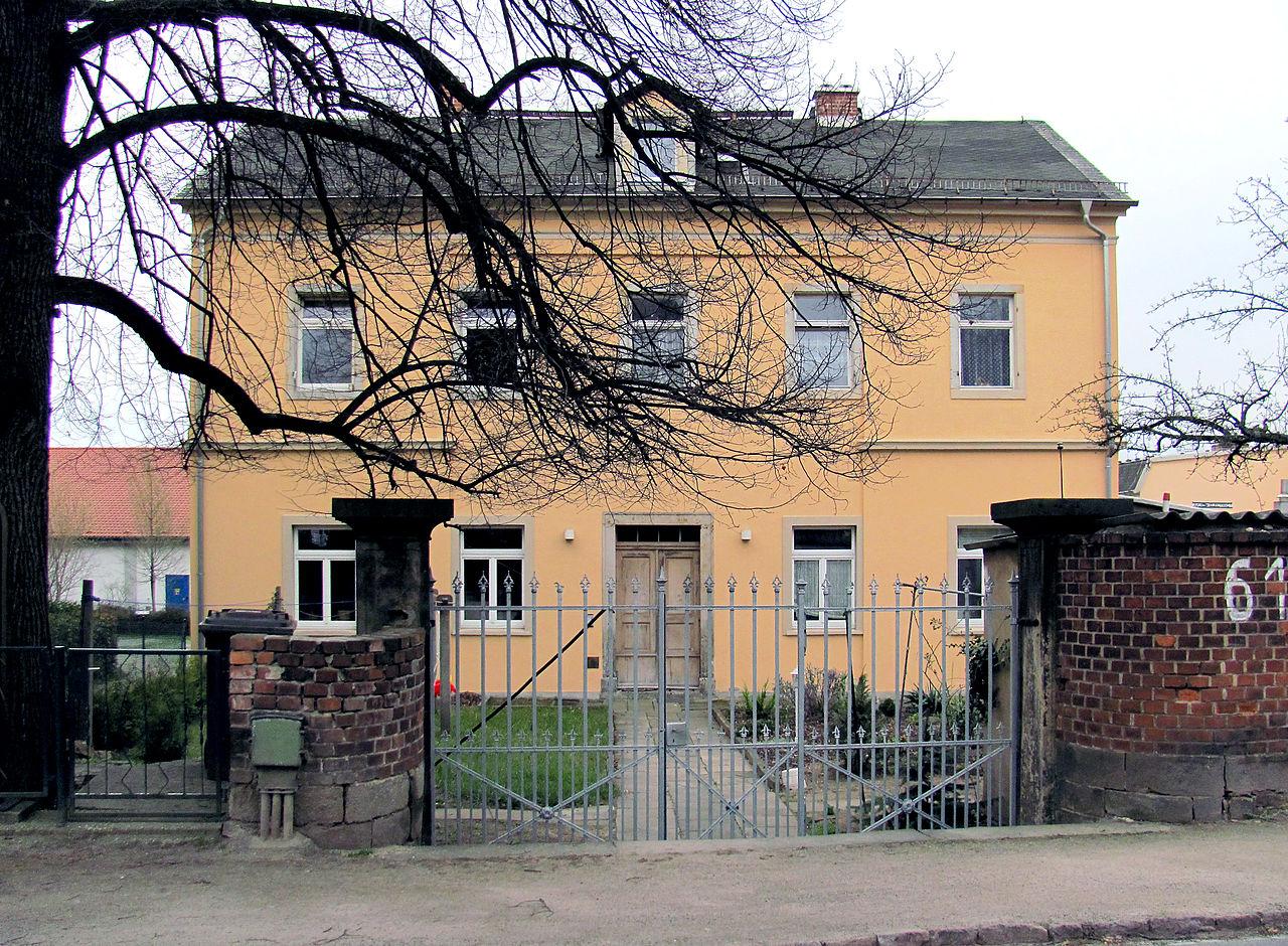 1280px-Radebeul_Heinrich-Zille-Straße_61_2013.jpg