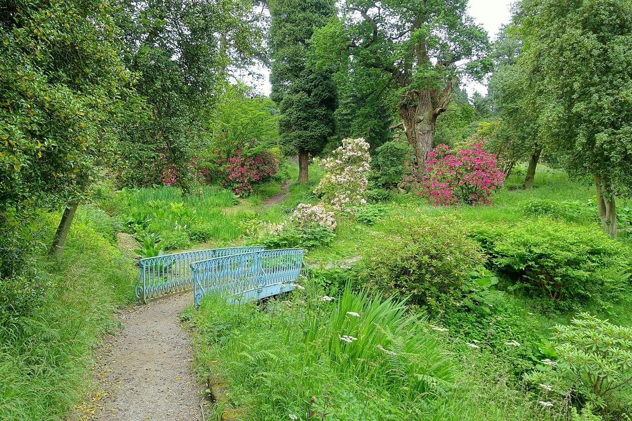 1280px-Ravine_path_-_Chatsworth_House_-_Derbyshire,_England_-_DSC03602.jpg