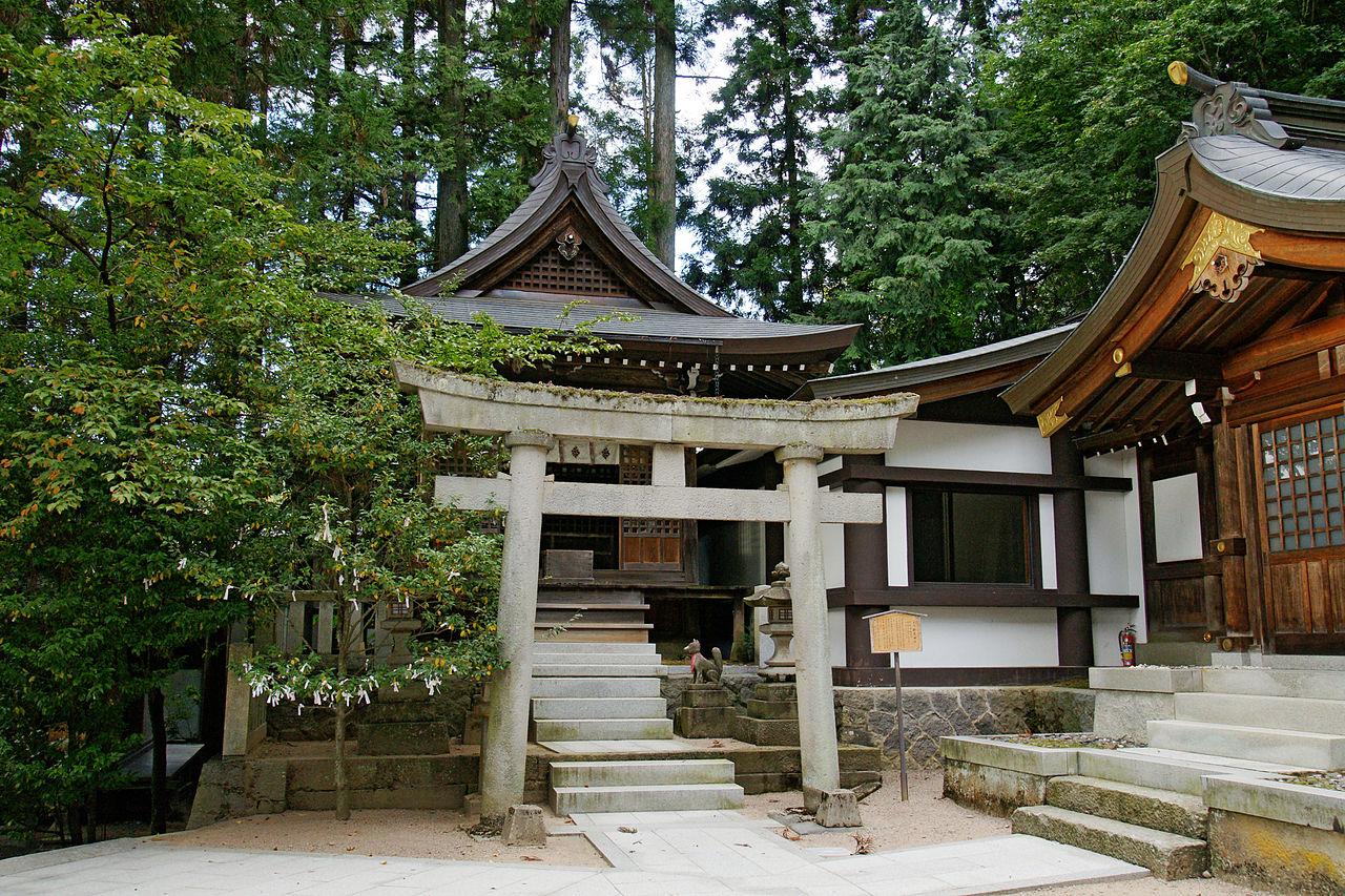 1280px-Sakurayama-hachimangu_Takayama_Gifu_pref07n4140.jpg