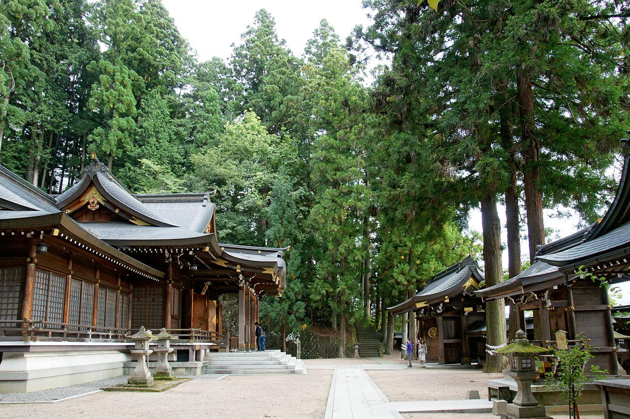 1280px-Sakurayama-hachimangu_Takayama_Gifu_pref08n4050.jpg