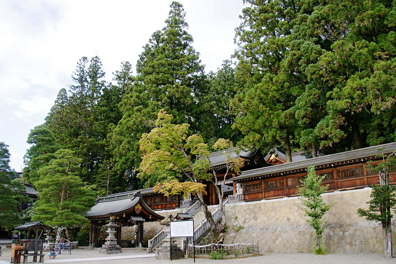 1280px-Sakurayama-hachimangu_Takayama_Gifu_pref10s3s4020.jpg
