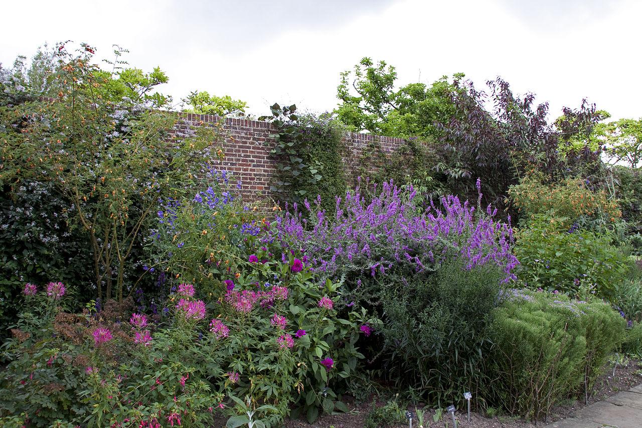1280px-Sissinghurst_Gardens_9_(4907349737).jpg