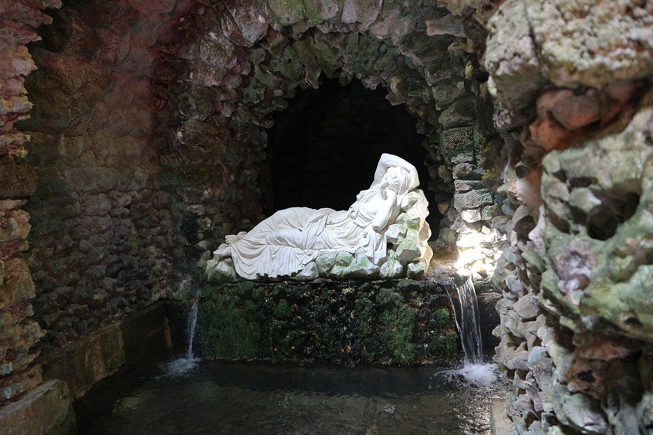 1280px-Sleeping_Statue.jpg