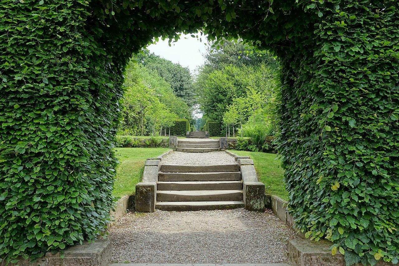1280px-Straight_walk_-_Biddulph_Grange_Garden_-_Staffordshire,_England_-_DSC09464.jpg