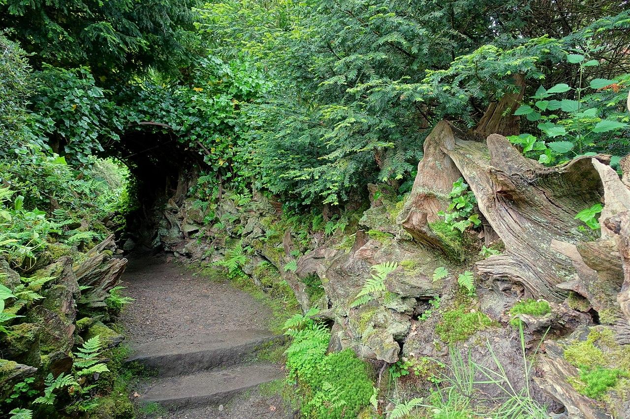 1280px-Stumpery_bower_-_Biddulph_Grange_Garden_-_Staffordshire,_England_-_DSC09339.jpg