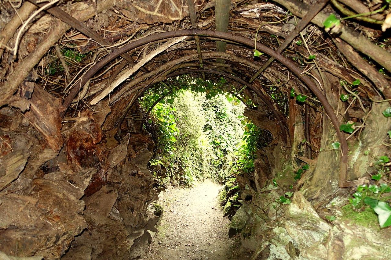 1280px-Stumpery_bower_-_Biddulph_Grange_Garden_-_Staffordshire,_England_-_DSC09340.jpg