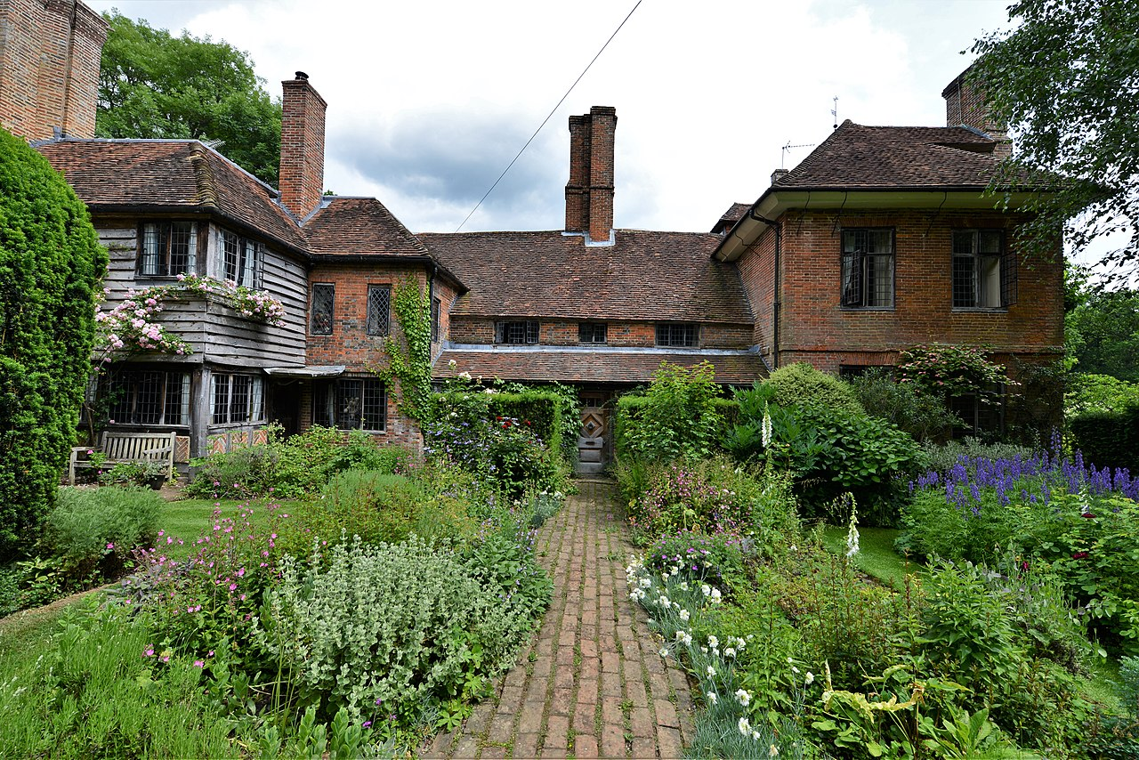 1280px-Vann,_an_Arts_and_Crafts_house_in_Surrey-geograph-5807270-by-Michael-Garlick.jpg